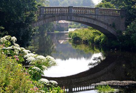 Puente sobre aguas. Foto de archivo - 4759003