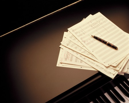 점수: grand piano with the pianist writing a new score piece 스톡 사진
