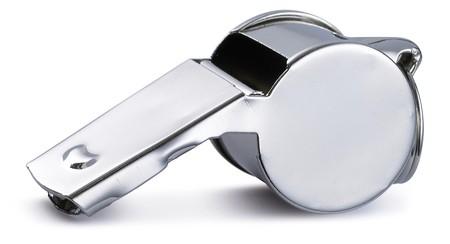 silbato de guisantes de árbitro de plata de cromo sobre un fondo blanco