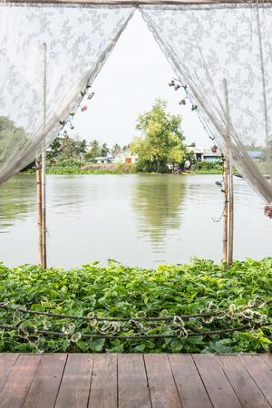 Uitzicht op de rivier met waterhyacint van houten paviljoen
