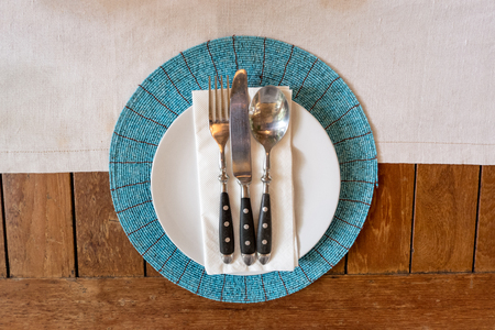 Top view of dinner plate setting on wooden table background Imagens