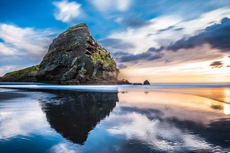 Piha playa al atardecer Auckland, NUEVA ZELANDA Foto de archivo - 44223680