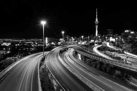 Auckland Sky Tower y Spaghetti Junction Auckland, NUEVA ZELANDA Foto de archivo - 44214151