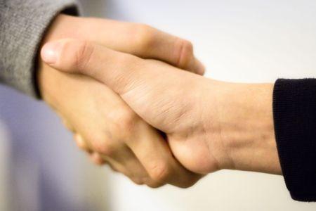 fraternidad: Boys darle la mano  Foto de archivo