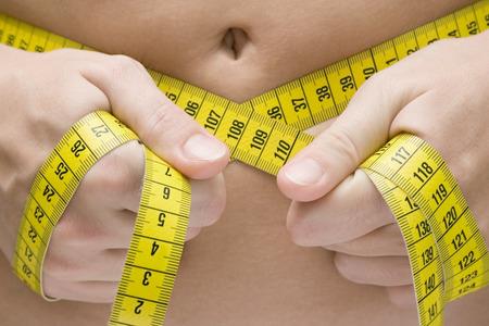 metro de medir: Mujer medir su cintura.