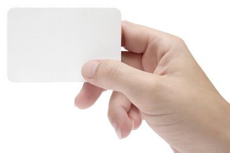op maat: Vrouwelijke hand met een blanco visite kaartje. Voeg uw eigen tekst. Geïsoleerd op een witte achtergrond.