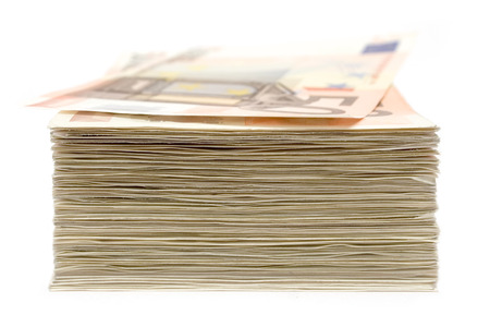 dinero euros: Pila de 50 aislados billetes en euros en un fondo blanco. Profundidad de campo.