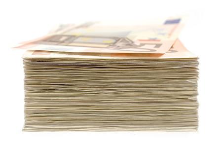 banconote euro: Pila di 50 Euro banconote isolato su uno sfondo bianco. Profondit� di campo.