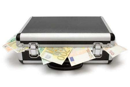 delincuencia: Maleta llena de billetes de euros. Aislada en un fondo blanco.