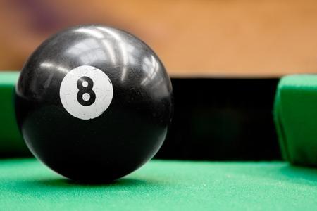 competitividad: Centrado piscina de bolas de billar n�mero ocho listo para ser jugado.  Foto de archivo