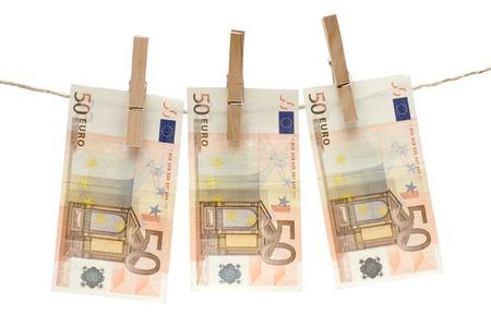 banconote euro: Tre cinquanta euro fatture appeso su una clothesline. Isolato su uno sfondo bianco.