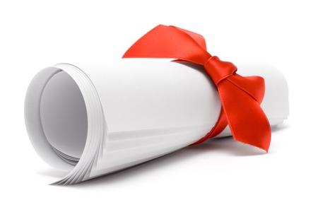 Certificat-cadeau avec un ruban rouge isolé sur un fond blanc.