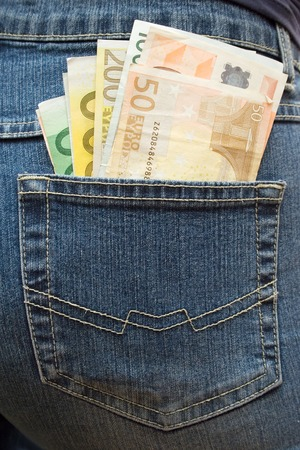 pick money: Mont�n de billetes en euros en un bolsillo de los vaqueros.