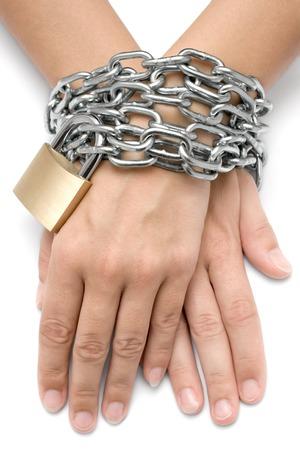 Femme mains verrouillé avec un cadenas et chaîne métallique. Isolé sur un fond blanc. Banque d'images - 1464385