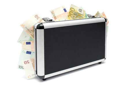 delincuencia: Dinero Permanente caso lleno de varios billetes en euros. Aislada en un fondo blanco.