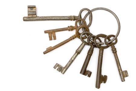 key to freedom: Dirty llaves antiguas aisladas sobre un fondo blanco.  Foto de archivo