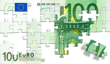 one hundred euro banknote: Piezas de puzzle verdes formando un cien billetes en euros. Aislada en un fondo blanco.  Foto de archivo