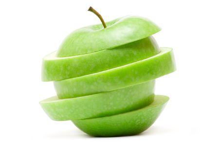edibles: Fettine di mela verde, isolata su uno sfondo bianco.