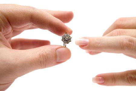 versprechen: Übergabe einer kostbaren Ring. Isoliert auf weißem Hintergrund.