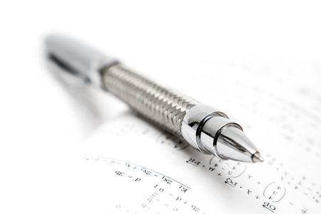 ball pens stationery: F�rmula matem�tica y bol�grafo. Profundidad de campo.