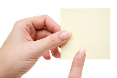 avviso importante: Donna mano che regge una nota. Isolata su uno sfondo bianco.
