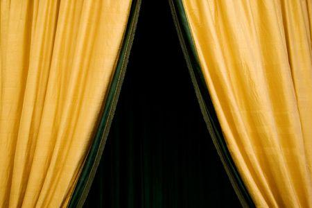 telon de fondo: Apertura teatro cortina. Golden tejido.  Foto de archivo