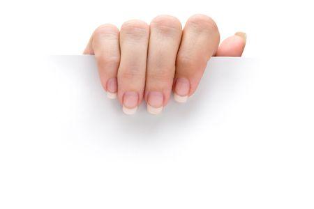 Weibliche Hand hält ein leeres Blatt Papier. Isoliert auf einem weißen Hintergrund.