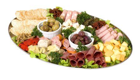 carnes: Un plato de antipasto de restauraci�n de carnes continental y las aceitunas de m�s de una cama de verduras mixtas