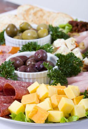 carnes y verduras: Un plato de antipasto catering continental de carnes y queso feta