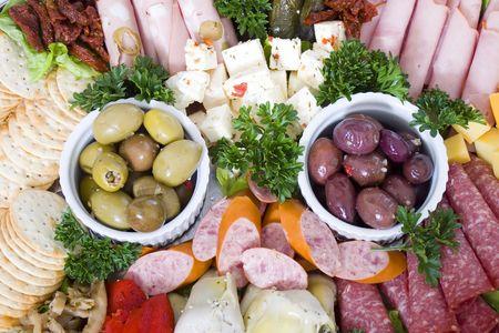 carnes y verduras: Un plato de antipasto de restauraci�n de carnes continental hortalizas  Foto de archivo