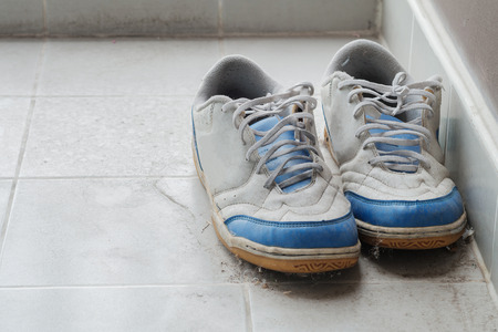 no correr: Old canvas shoes were left on the floor.