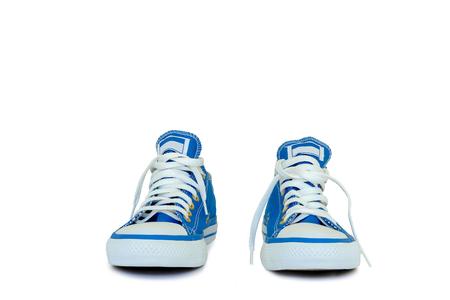 白い背景の上のオスの青い靴。 写真素材