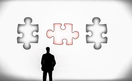 man in de voorkant van drie puzzel stukjes op projector presentatiewand