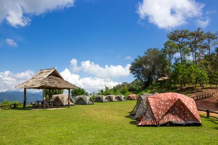 山の頂上にあるキャンプテント
