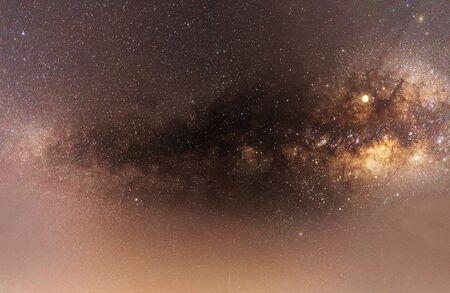 Panoramaansicht des Universums, aufgenommen von Nebel und Milchstraße mit Sternen am blauen Nachthimmel. Wunderschöne Szene der Milchstraße, die unser Sonnensystem unter einem erstaunlichen Sternenhimmel enthält. lila Standard-Bild