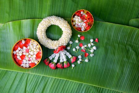Tailandese gelsomino tradizionale gelsomino.symbol della festa della madre in thailandia su foglia di banana. Archivio Fotografico - 82942189