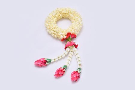 태국 전통 재 스민 갈 랜드입니다. 흰색 배경에 태국에서 어머니의 날의 상징.