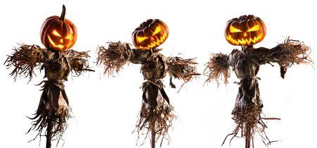 Espantapájaros de calabaza de Halloween aislado sobre fondo blanco. Foto de archivo