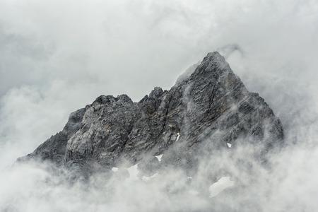 monta�as nevadas: Jade Monta�a Nevada del Drag�n de la ciudad de Lijiang, Yunnan China Foto de archivo