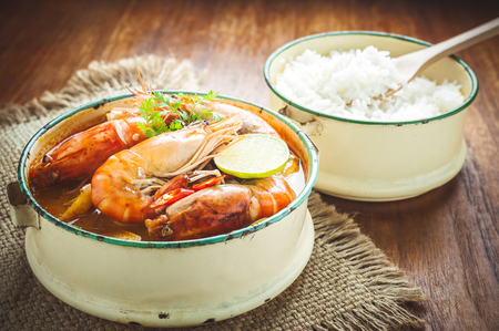 Thai food, River prawn spicy soup or tom yum goong on wooden table Banque d'images