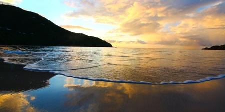 Sonnenuntergang über der Bucht von Brauereien auf Tortola - britische Jungferninseln Standard-Bild - 8773729