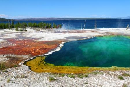 Schillernde Farben der Abyss Pool im West Thumb Geyser Basin des Yellowstone National Park Standard-Bild - 10359385