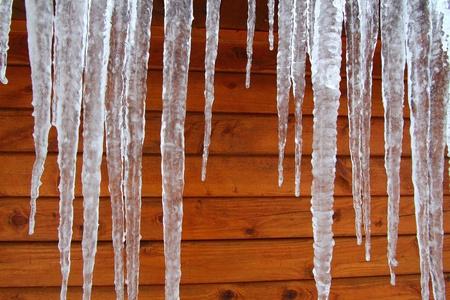 Eiszapfen hängen an einer Holzhütte in an einem kalten Wintertag im Norden von Amerika. Standard-Bild - 10428293