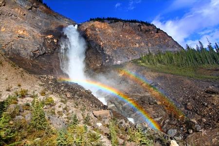 Dubbele regenboog in de mist onder de Takakkaw Falls van Yoho National Park in Canada Stockfoto