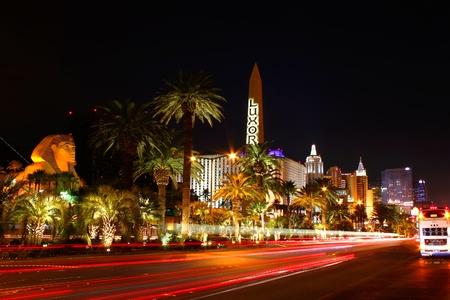 louxor: Las Vegas, �tats-Unis - Octobre 29, 2011: Las Vegas Boulevard est souvent d�sign� comme la bande de Gaza et contient une pl�thore de casinos des stations extravagantes. On voit ici l'extr�mit� sud de la bande de Las Vegas avec Luxor, Excalibur H�tel et Casino, et le New York New