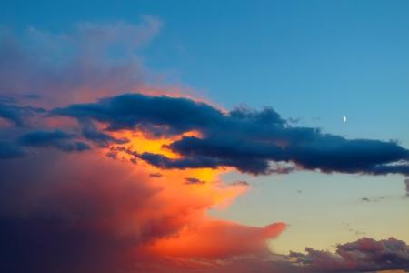 Abendlicht fällt auf ein Sommergewitter im Mittleren Westen USA Standard-Bild - 13602906