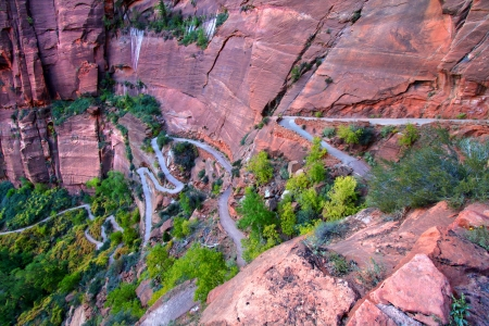 Switchbacks of the Angels Landing Trail wind down the walls of Zion Canyon in Utah Archivio Fotografico