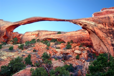 Landscape Arch stretches across the skyline at Arches National Park in Utah Archivio Fotografico