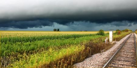Gewitter über Bahngleise und Kornfelder des nördlichen Illinois