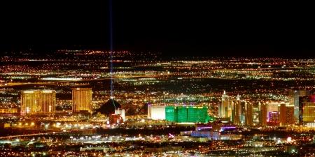 Las Vegas, USA - 26. November 2011: Helle Lichter der Hotels und Casinos am südlichen Ende des Las Vegas Strip. Der Strip ist etwa 4 Meilen lang und wird hier von den Franzosen Mountain Summit gesehen. Standard-Bild - 15951164
